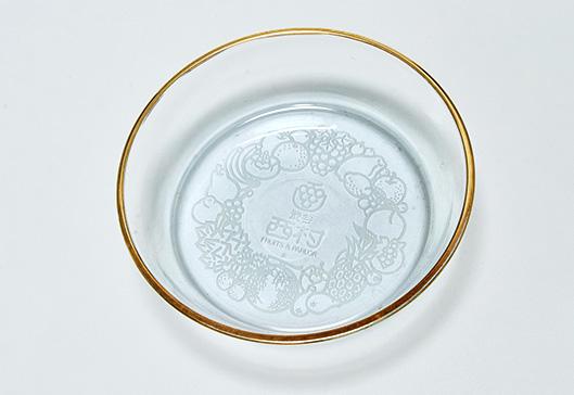 サンドブラスト製法により西村の刻印が入った江戸硝子製の受け皿